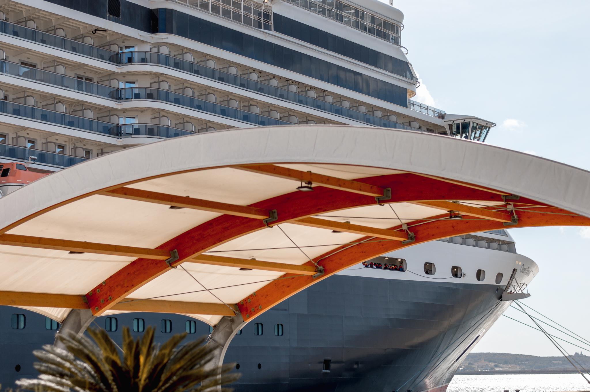 Cunard - Queen Elizabeth vista da l porto di Cagliari